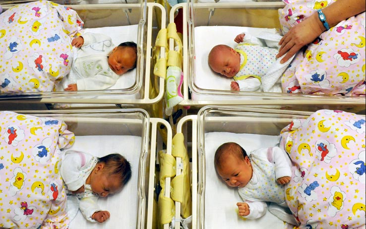 Avellino: neonate scambiate in culla, licenziate tre infermiere. Ma i colleghi protestano