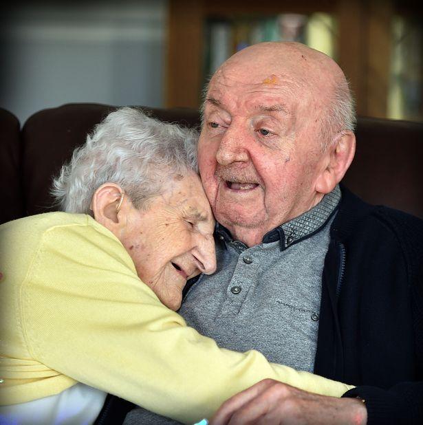 """""""Non si smette mai di essere mamma"""": ex infermiera di 98 anni si fa ricoverare per assistere il figlio di 80 1"""