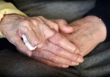"""""""Non si smette mai di essere mamma"""": ex infermiera di 98 anni si fa ricoverare per assistere il figlio di 80"""