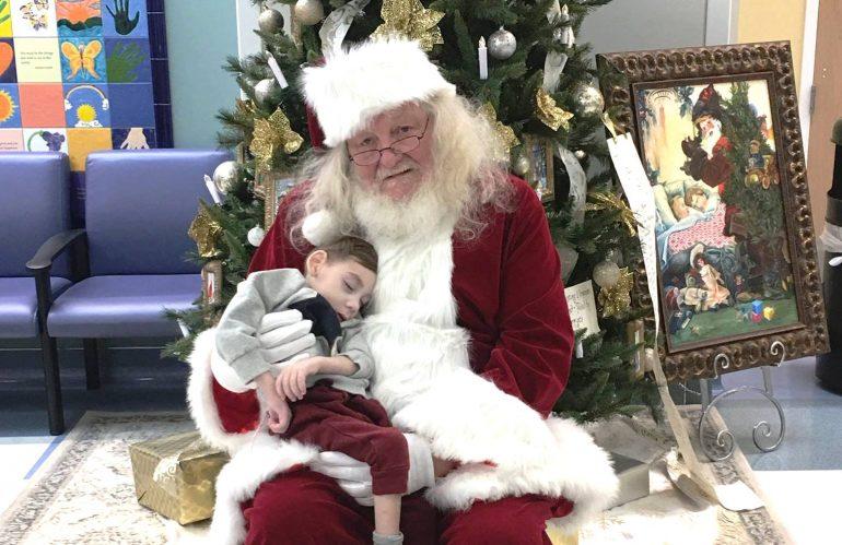 USA, bimbo malato in braccio a Babbo Natale… per l'ultima volta