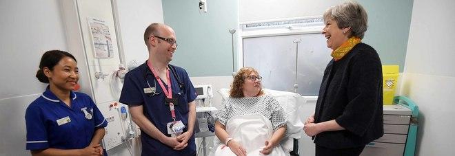 NHS: tempi di attesa nei Pronto Soccorso dilatati fino a 12 ore. La May si scusa con i cittadini