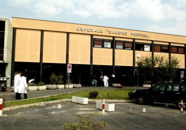 Roma, al Pertini mancano infermieri e posti letto: la direzione compra più barelle
