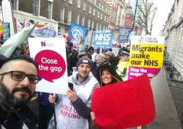 Londra: migliaia di infermieri in piazza per chiedere l'aumento dei salari e difendere l'NHS 1