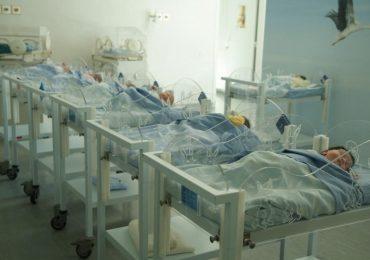 Infermiera dimentica phon acceso in culla: gamba amputata a neonato per le ustioni 1