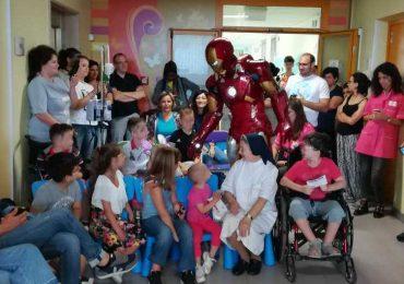 """Lecce, Iron Man presta """"soccorso"""" ai bambini dell'Oncologico"""