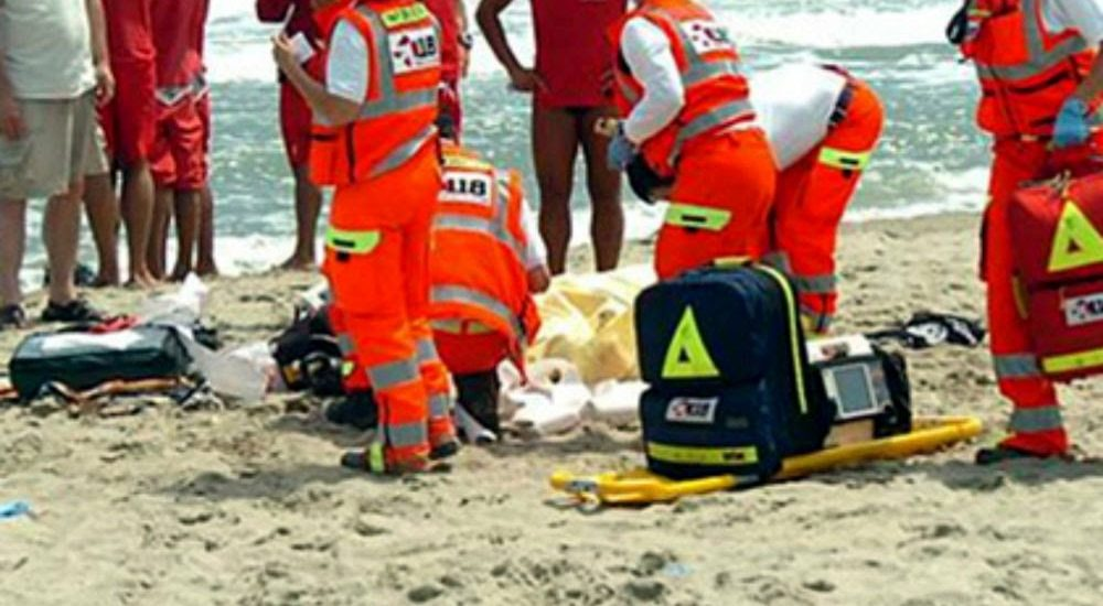 Manca il DAE in infermeria: anziano muore stroncato da infarto in spiaggia