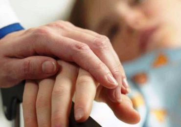 Assistenza a bimbi e adolescenti in fine vita: evitare l'accanimento e promuovere la condivisione