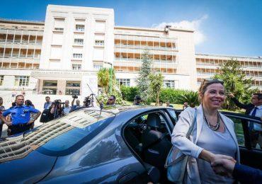 Paziente furibondo cerca di aggredire il ministro della salute durante la visita al Nuovo Ospedale del Mare, poi minaccia di lanciarsi dalla finestra