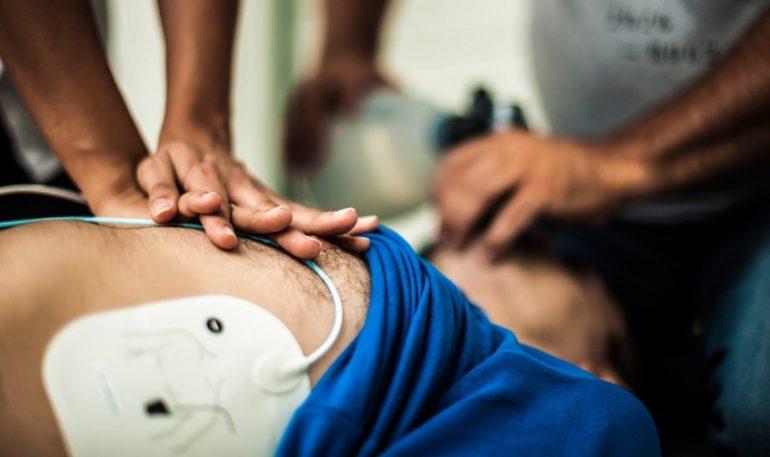 Anziano in arresto cardiorespiratorio rianimato e salvato da due infermiere in vacanza