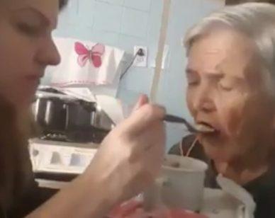 """Ha l'Alzheimer, anziana riconosce la nipote e le dice: """"Ti amo"""""""