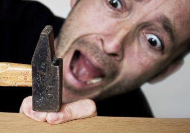 Imprecare in risposta ad uno stimolo doloroso acuto ne aumenta la tolleranza
