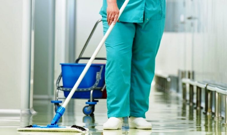 Più infezioni da batteri resistenti agli antibiotici se gli ospedali esternalizzano i servizi di pulizia