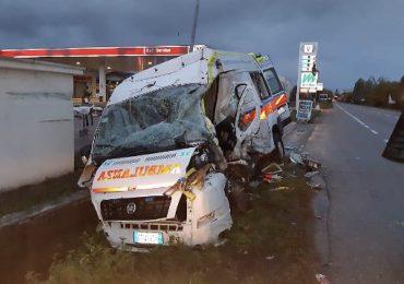 Tir travolge ambulanza e automedica: volontaria morta nello schianto, feriti medico, bimbo trasportato e mamma
