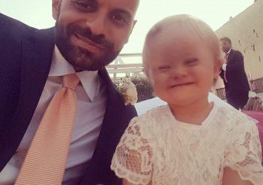 La bimba affetta da sindrome di Down rifiutata da 7 famiglie ha trovato un papà