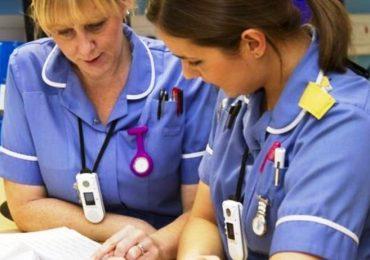 Regno Unito, abbassato il voto richiesto nella prova scritta di lingua: più facile fare l'infermiere?