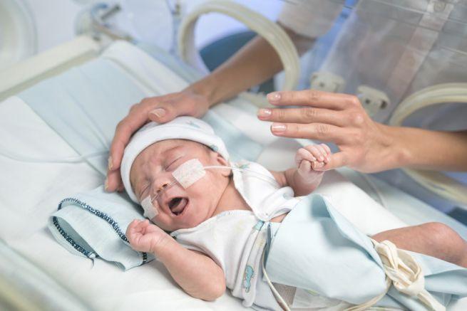 Accarezzare i bimbi durante le procedure mediche costituisce un antidolorifico naturale