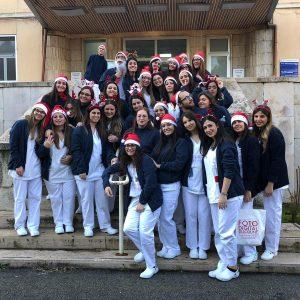Auguri di Natale a sorpresa a Bari: studenti universitari di infermieristica portano il Natale in reparto 1