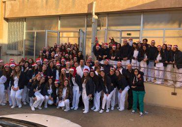 Auguri di Natale a sorpresa a Bari: studenti universitari di infermieristica portano il Natale in reparto