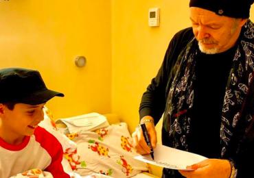 Bologna, Vasco Rossi regala un sorriso ai bimbi del Rizzoli