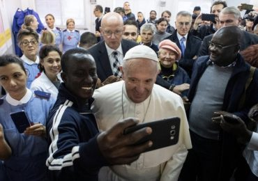 Papa Francesco dona un nuovo ambulatorio ai senzatetto
