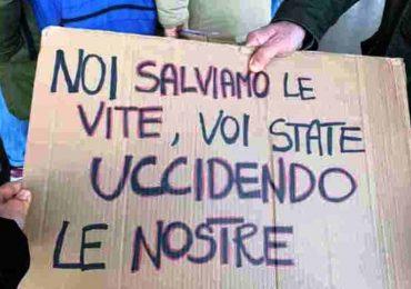 """Bari, gli infermieri protestano: """"Incertezza sul nostro futuro"""""""