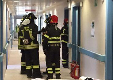 Incendio in ospedale a Civitavecchia: infermieri e vigili del fuoco domano le fiamme