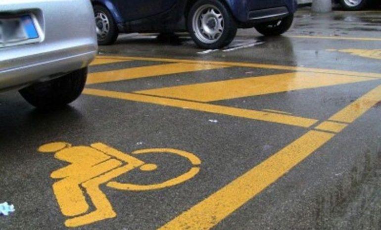 Parcheggiare nel posto riservato ai disabili è reato penale: lo dice la Cassazione