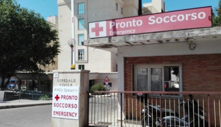 Sassari, niente barelle al pronto soccorso: paziente si sdraia per terra 1