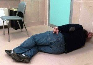 Sassari, niente barelle al pronto soccorso: paziente si sdraia per terra