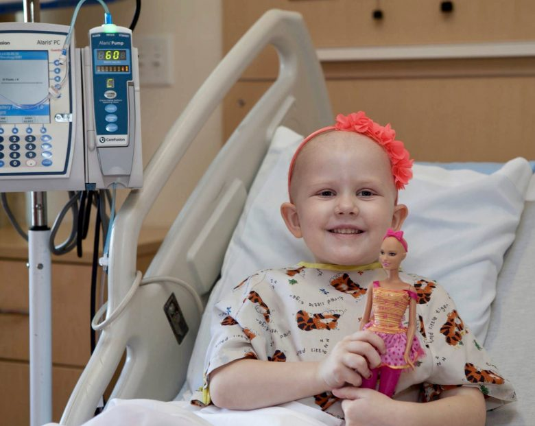 Ella, la Barbie calva che aiuta le bambine ad affrontare la chemioterapia