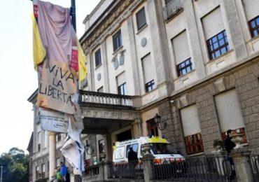 Milano, rimosso il manifesto contro l'aborto davanti alla clinica Mangiagalli