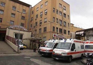 Napoli, il paradosso del Loreto Mare: reparti chiusi e pazienti nei corridoi