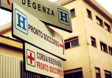 """""""Non potete entrare tutti nel reparto"""": in 15 devastano il Pronto soccorso e feriscono un infermiere"""