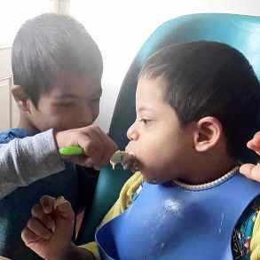 Una famiglia speciale: il piccolo Simon ha la sindrome di Down e si prende cura dei tre fratelli disabili 1