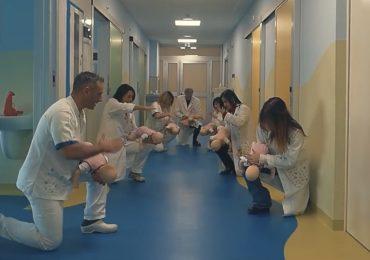L'infermiere Christian Manzi insegna le manovre di disostruzione neonatali attraverso un video musical