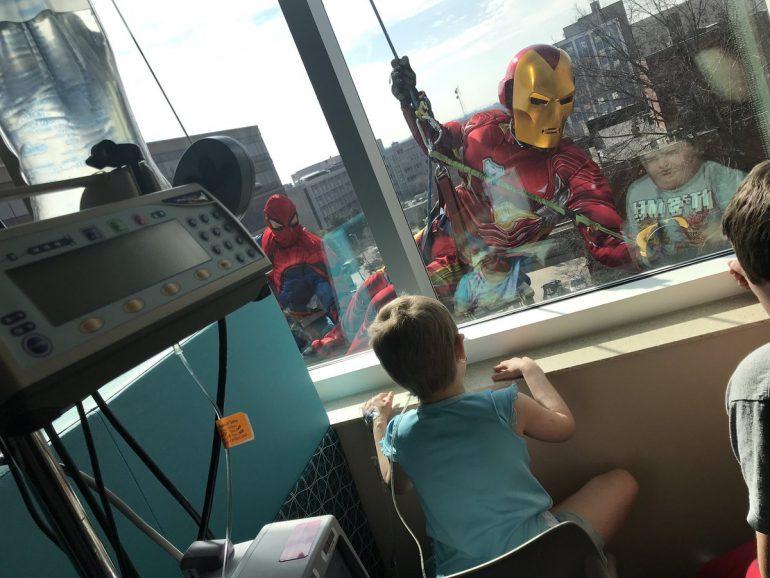 """Arrivano i supereroi a fare le pulizie:""""Cerchiamo sempre di portare un sorriso sui volti dei bambini che soffrono"""""""