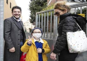 Matteo torna a scuola: tutti i compagni vaccinati e felici per lui