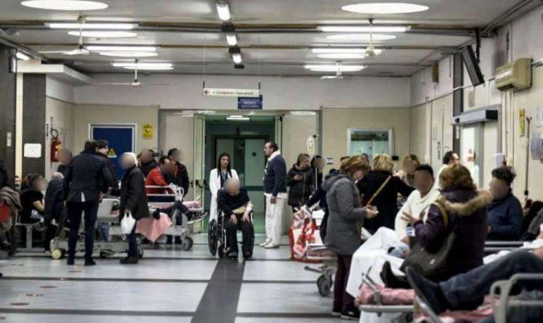 """Ospedale """"Cardarelli"""", emergenza senza fine: barelle anche davanti agli ascensori"""