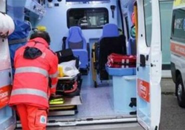 Presa a calci e pugni dal famigliare mentre rianima paziente: 15 giorni di prognosi per una soccorritrice