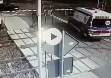 Treno travolge ambulanza al passaggio a livello: morti sul colpo infermiere e medico a bordo
