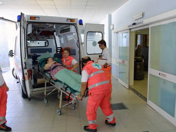 Dodici ore in attesa in codice verde: pugni, sputi e minacce di morte all'infermiere del Triage