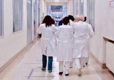 Gli infermieri vanno in ferie: interi reparti costretti a chiudere per mancanza di personale