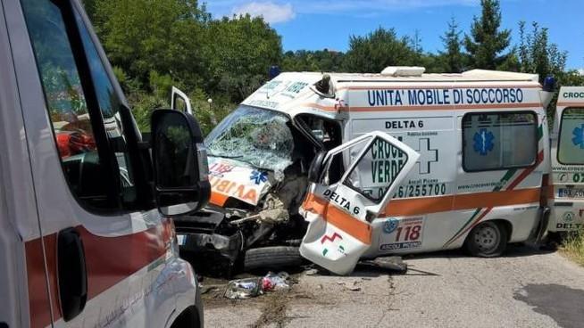 Scontro tra ambulanza e auto
