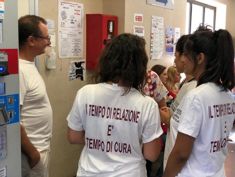"""Gli studenti di infermieristica invitano i cittadini all'empatia:""""Il tempo di relazione è tempo di cura"""""""