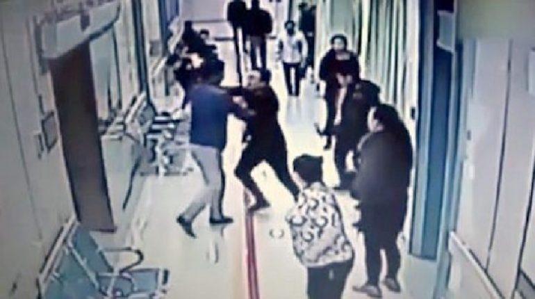Turisti stranieri ordinano a infermiere di somministrare un farmaco, poi la prendono a schiaffi 2