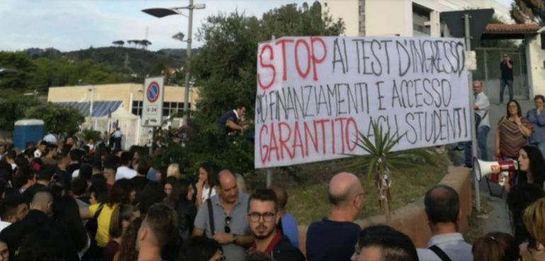 """Manifestanti contro i test di ammissione:""""Infermieristica non deve essere solo per un'élite di studenti"""""""