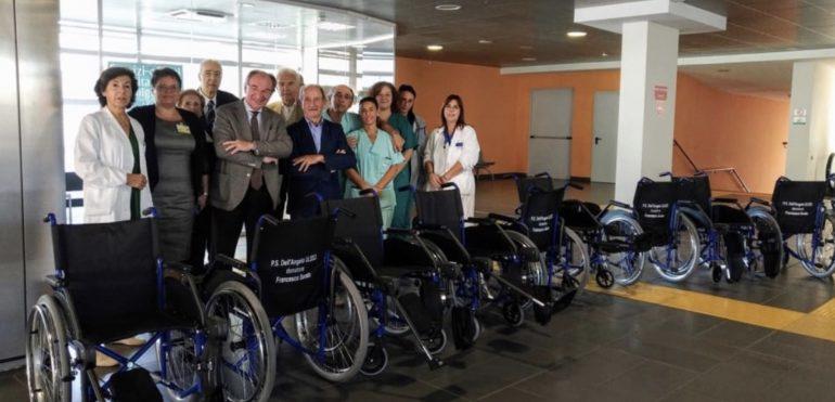 Infermiere in pensione dona 10 carrozzine all'ospedale nel quale ha lavorato per 40 anni