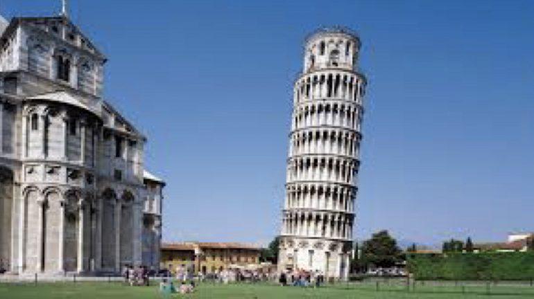 Incidono la Torre di Pisa e si scattano selfie: arrestati due medici in vacanza 1