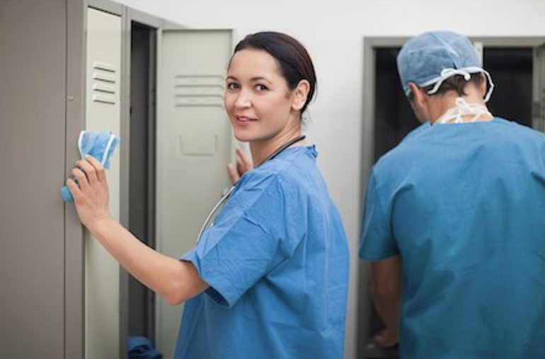 Il tempo di vestizione deve essere retribuito: il Tribunale di Ascoli condanna l'Asur a risarcire 1 milione di euro agli infermieri