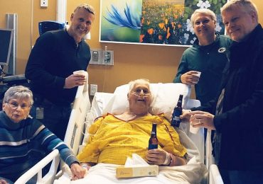 Nonno Adam chiede un'ultima birra prima di morire: la famiglia brinda con lui